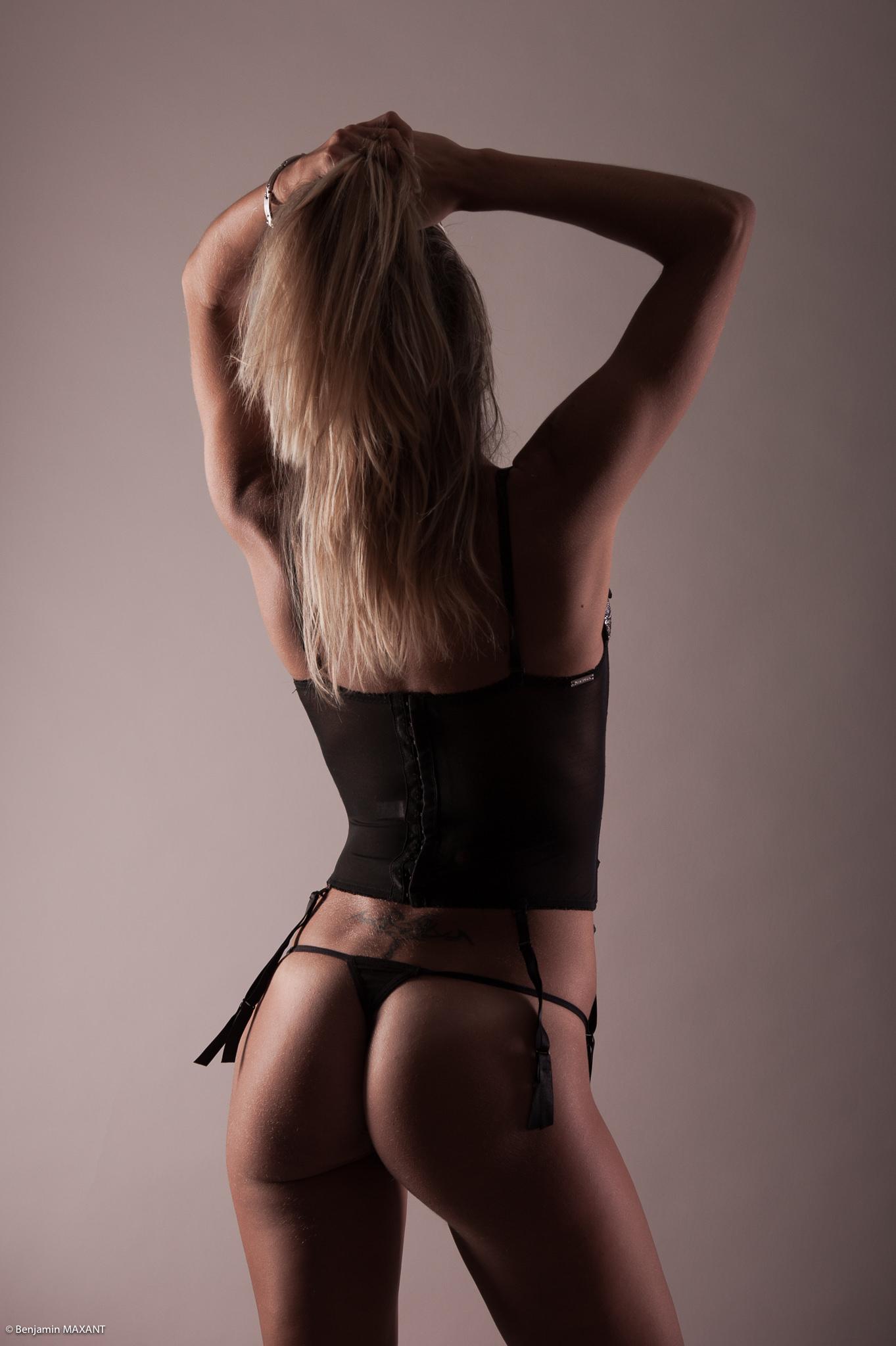 Séance photo lingerie en studio avec Emeline - ensemble noir de dos