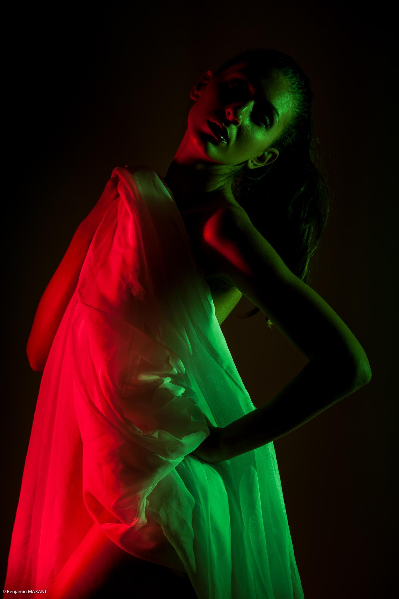 Séance photo nu artisitque voile lumière colorée en studio