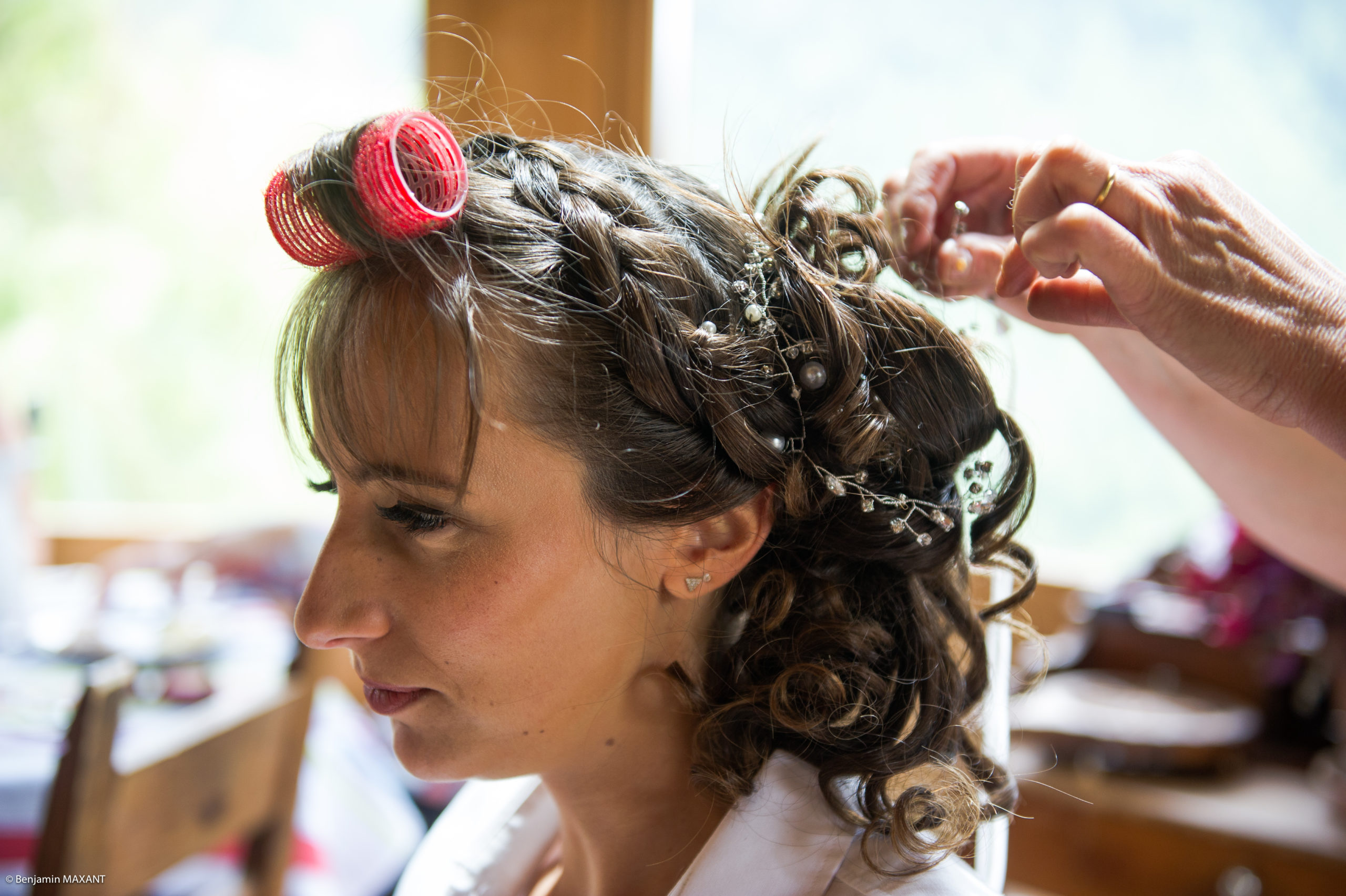 Préparation de Pauline la mariée - les bijoux dans les cheveux