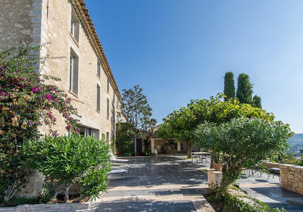Shooting photos immobilier de villa / maison - maison en pierre et grande terrasse