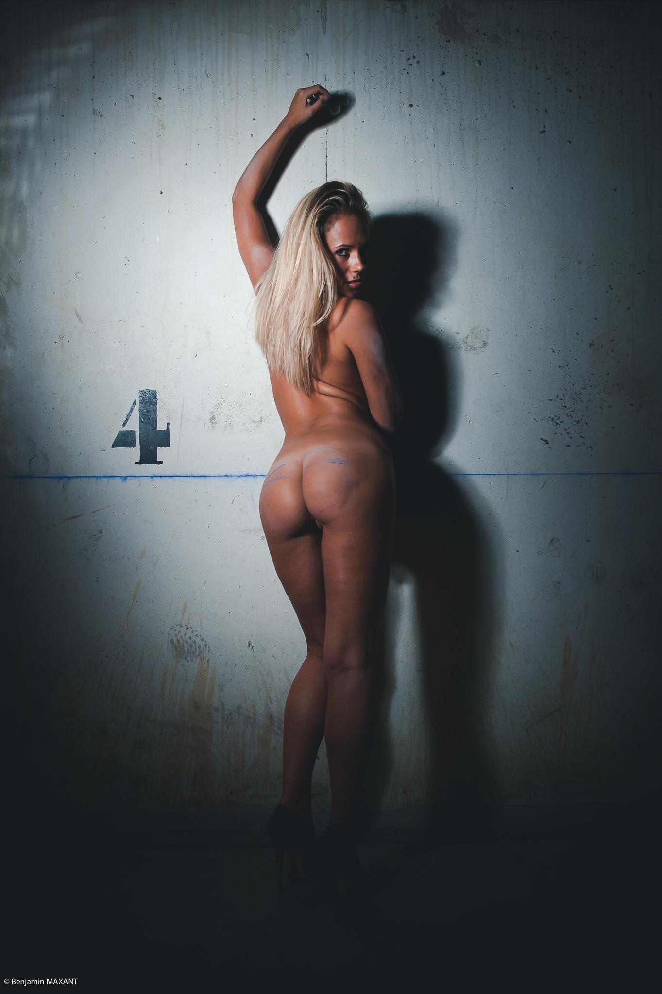 Séance photo nu dans un garage en sous-sol