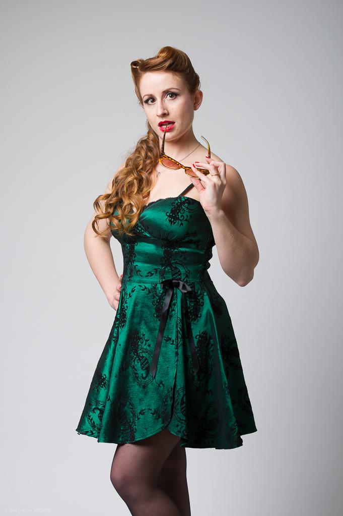 Séance photo Pinup en studio avec Laetitia - robe vert émeraude pose