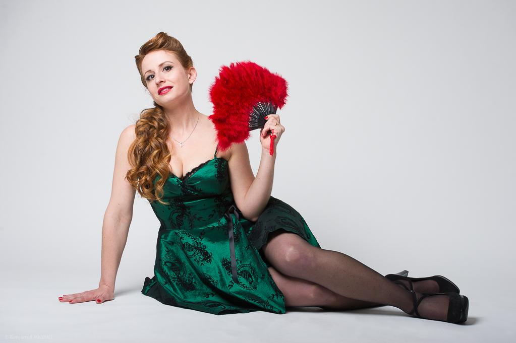 Séance photo Pinup en studio avec Laetitia - robe vert émeraude assise