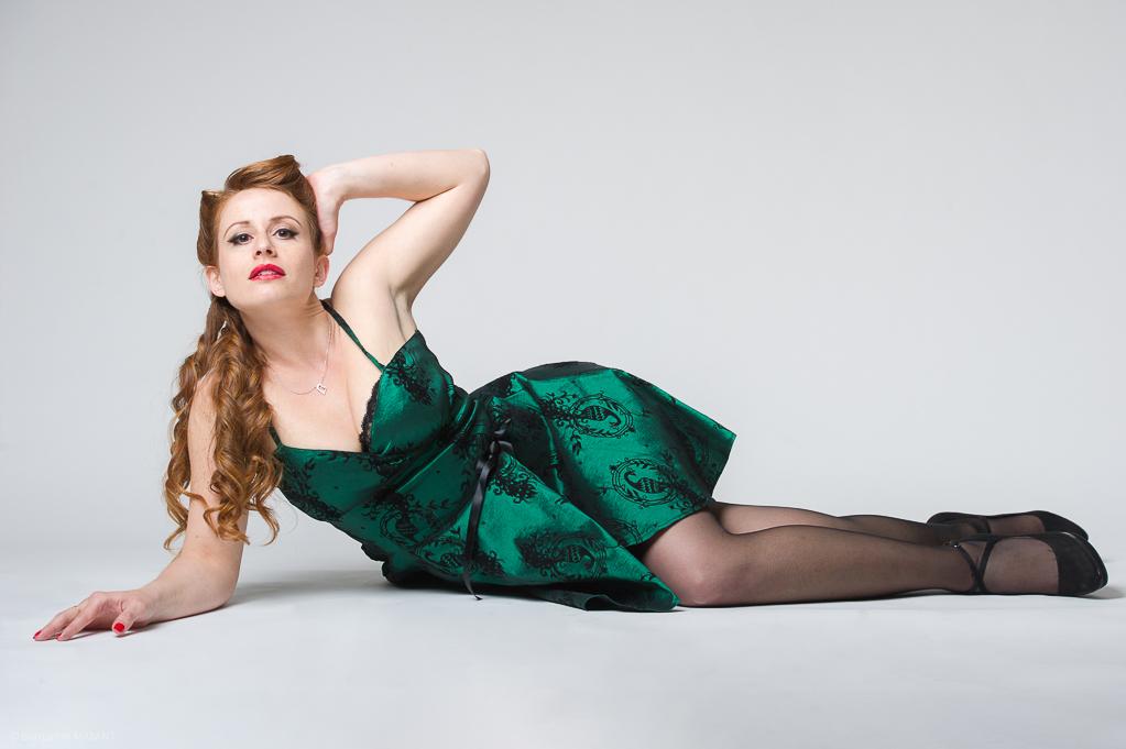 Séance photo Pinup en studio avec Laetitia - robe vert émeraude allongée