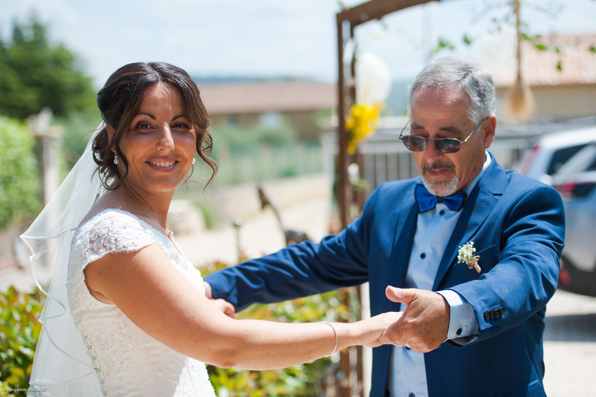 Le papa de Nathalie qui la voit pour la première fois habillée en mariée