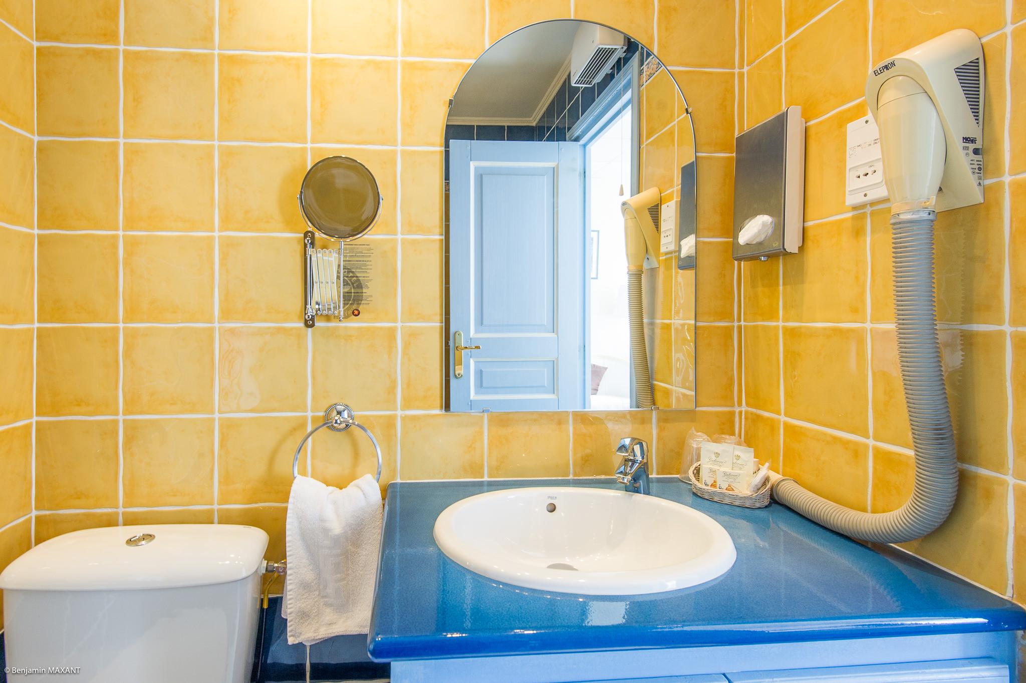 reportage photo immobilier de l'Hôtel lLes Orangers à Cannes - salle de bains de la première chambre