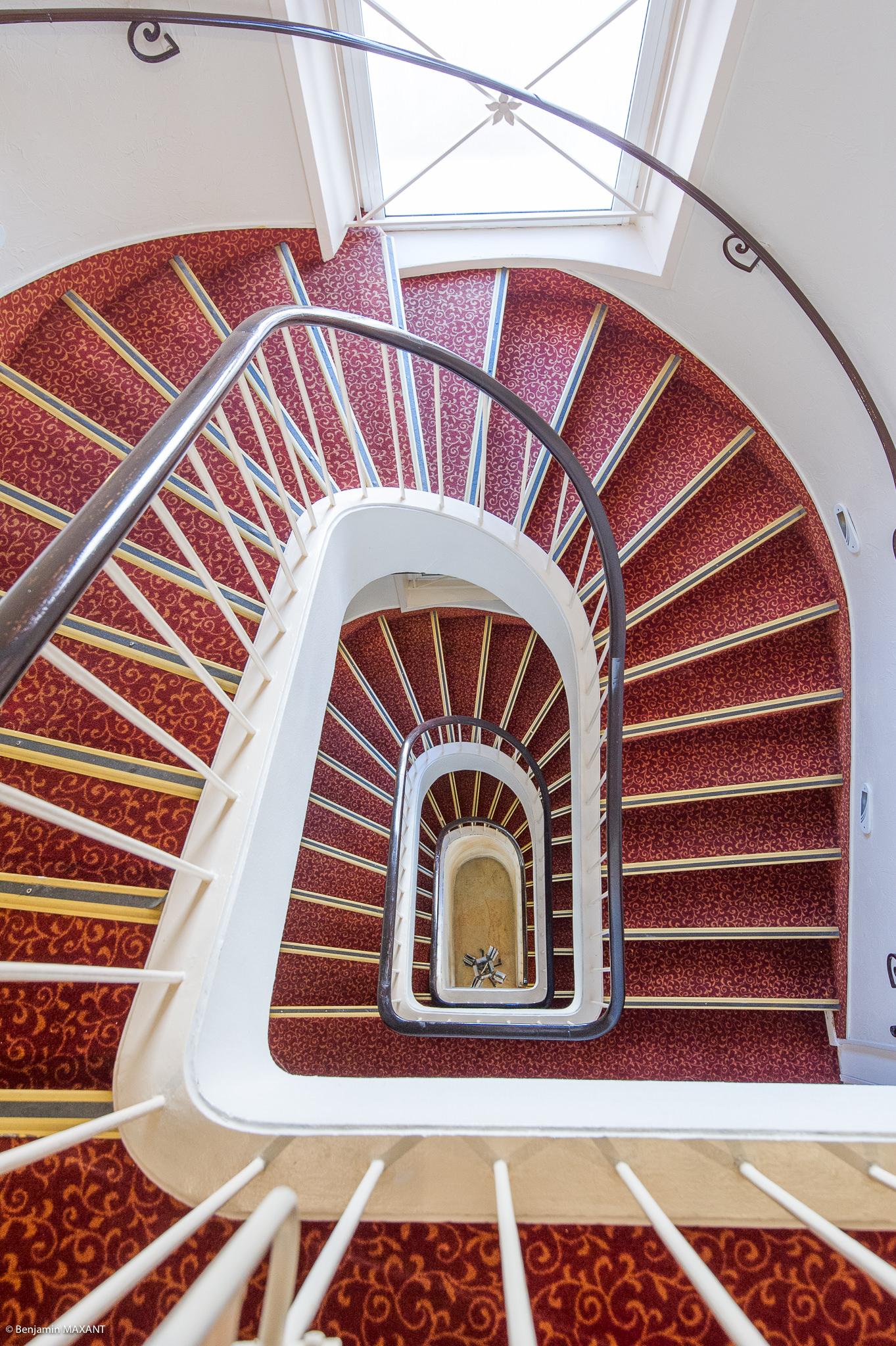 reportage photo immobilier de l'Hôtel lLes Orangers à Cannes - escalier entral