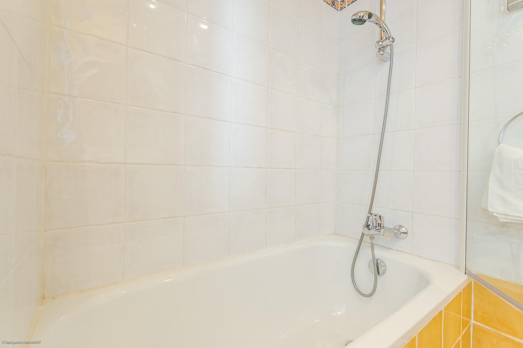 Reportage photo immobilier de l'Hôtel Les Orangers à Cannes - salle de bain de la chambre twin