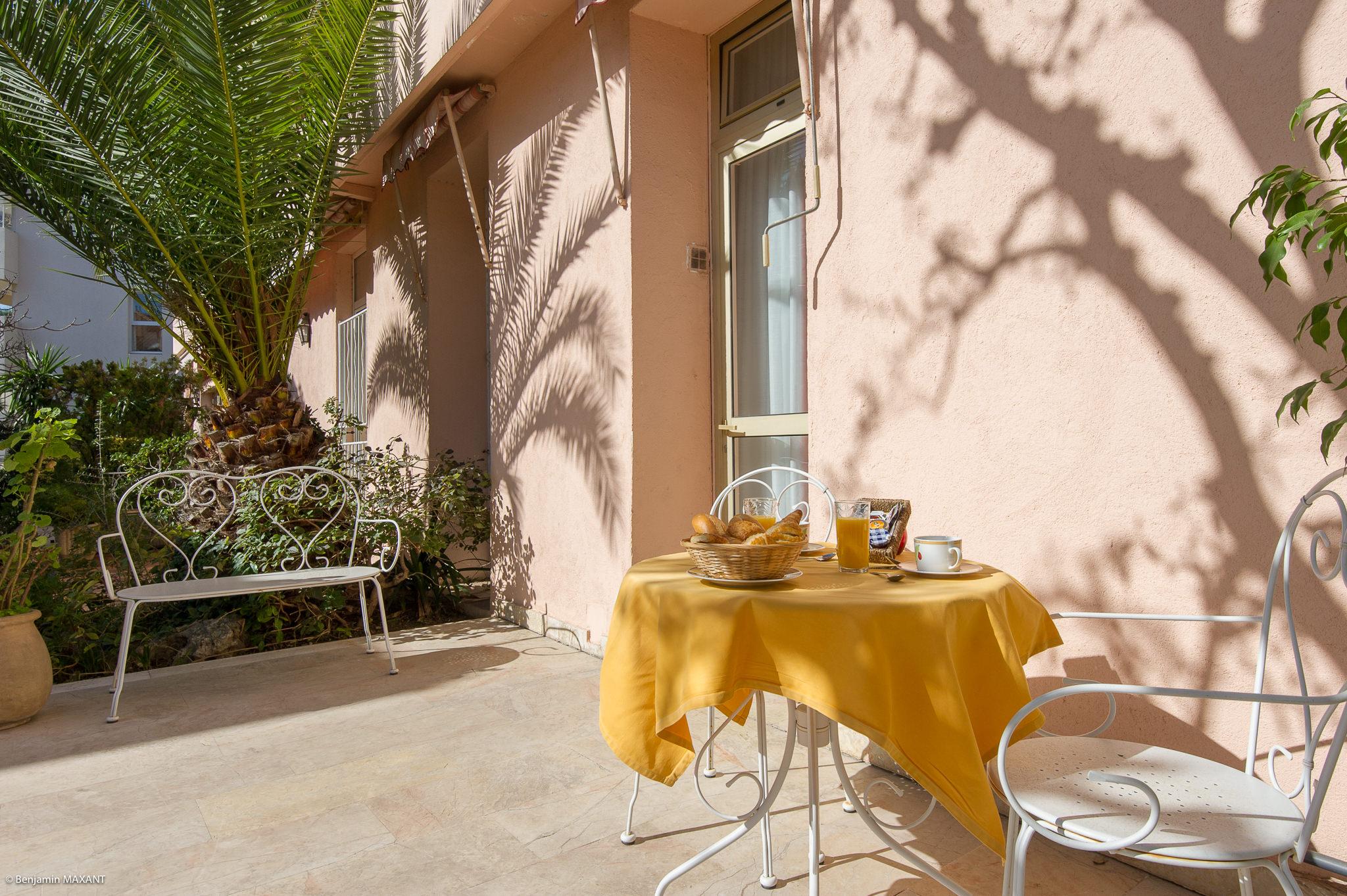 Reportage photo immobilier de l'Hôtel Les Orangers à Cannes - l'appartement terrasse avec petit déjeuner