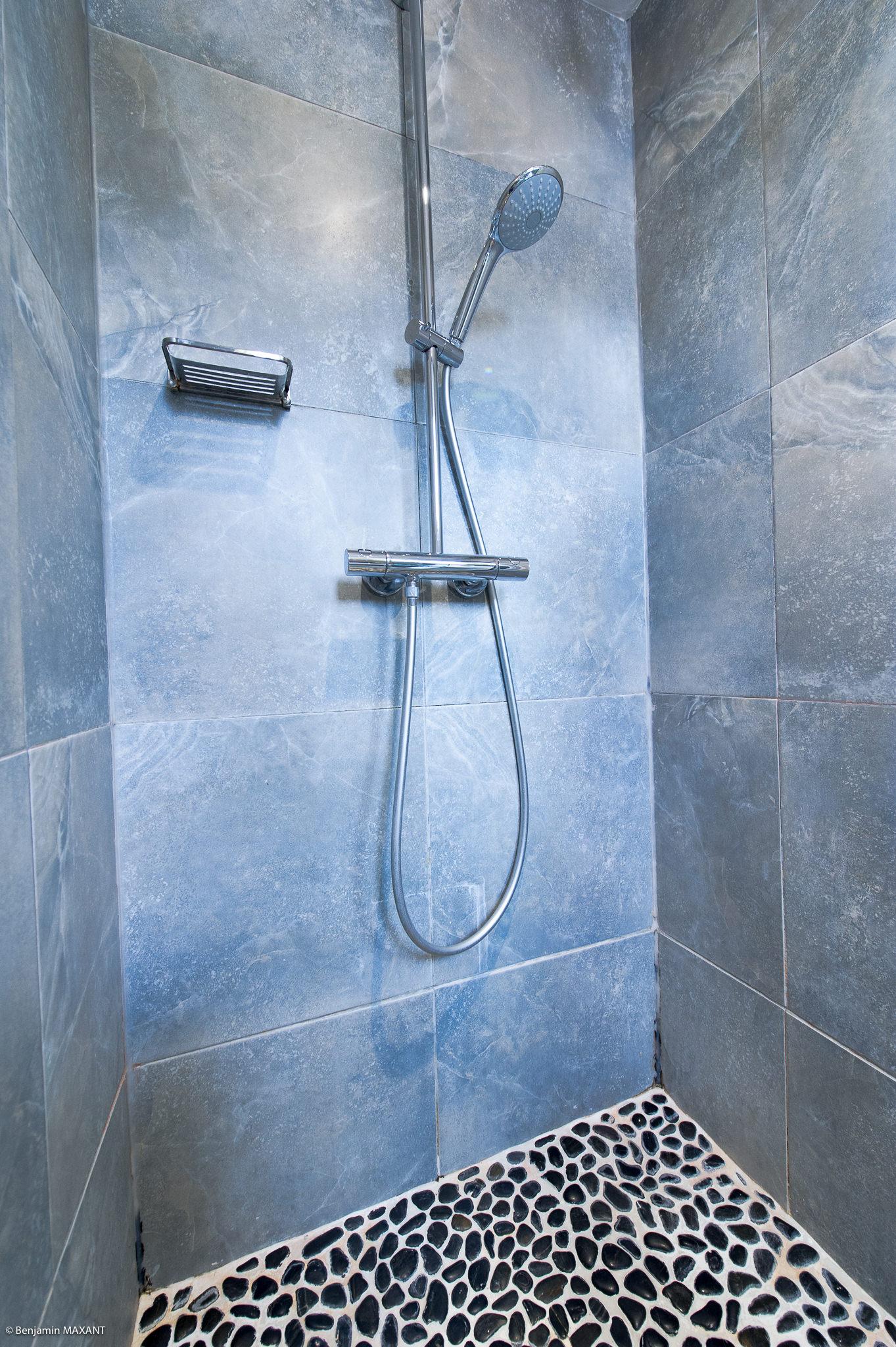 Reportage photo immobilier - Hôtel Idéal - douche chambre inspiration africaine