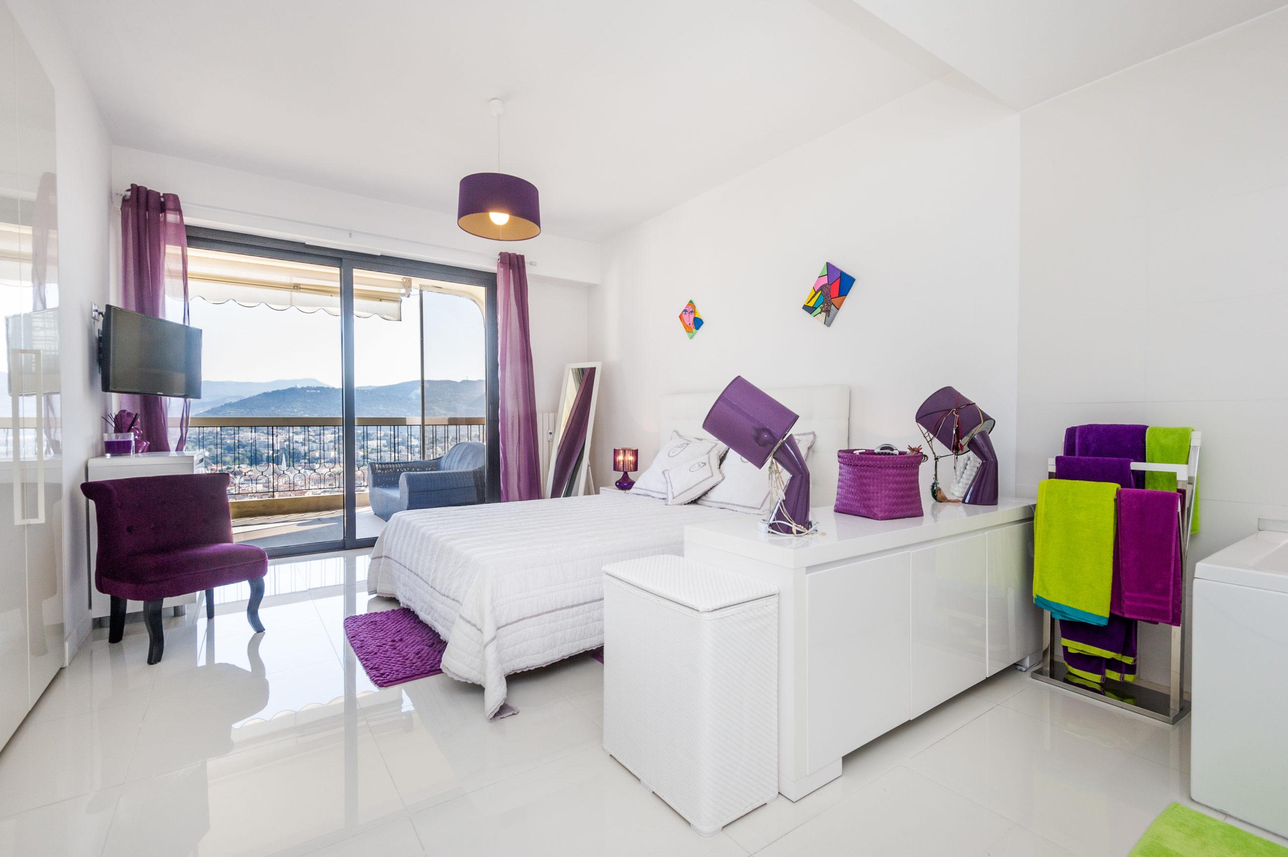 Shooting photo immobilier - Appartement duplex à vendre situé sur les collines niçoises - la chambre avec salle de bain vue sur Nice