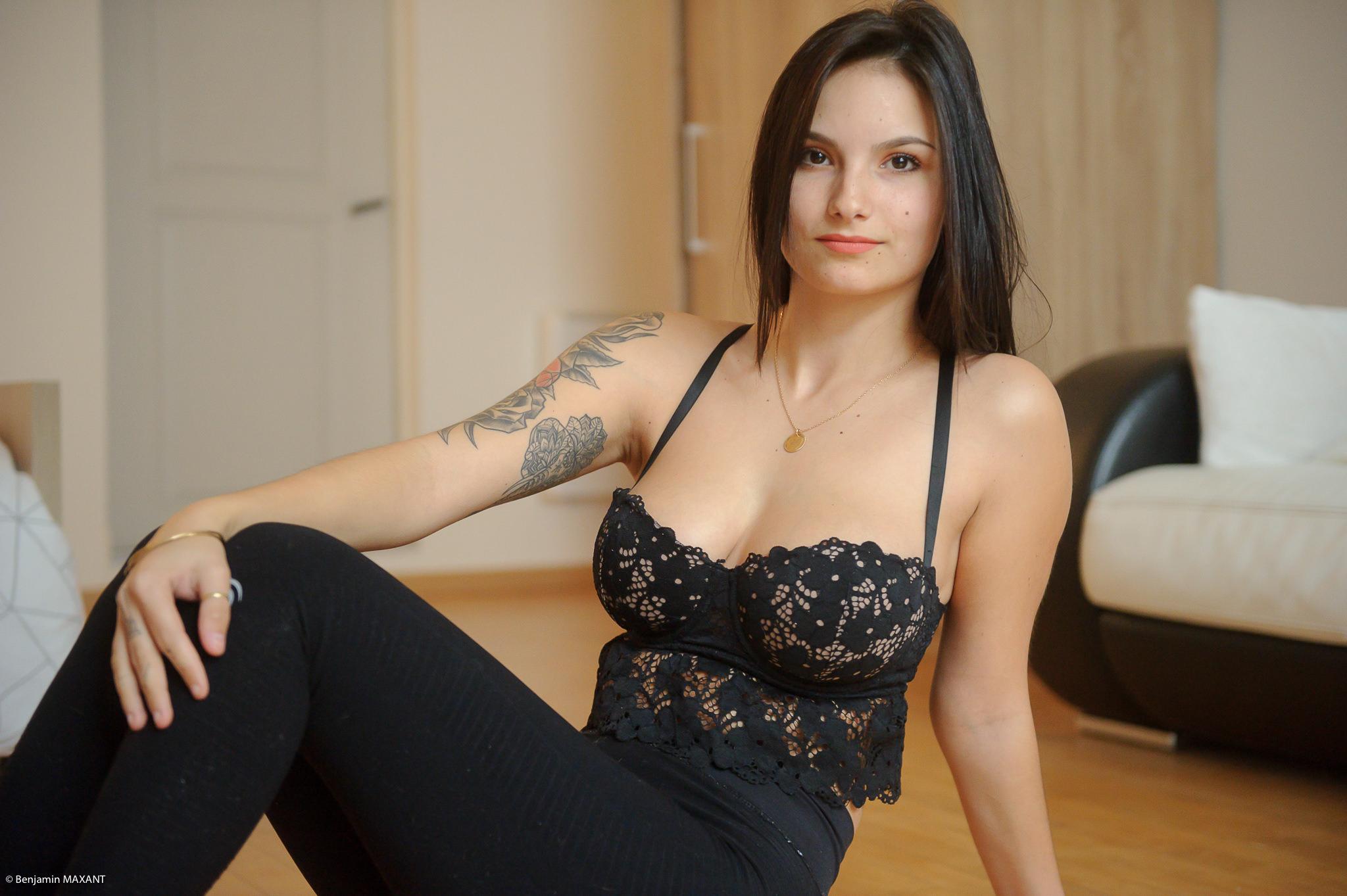 Séance photo boudoir au lingerie noire assise sur le parquet