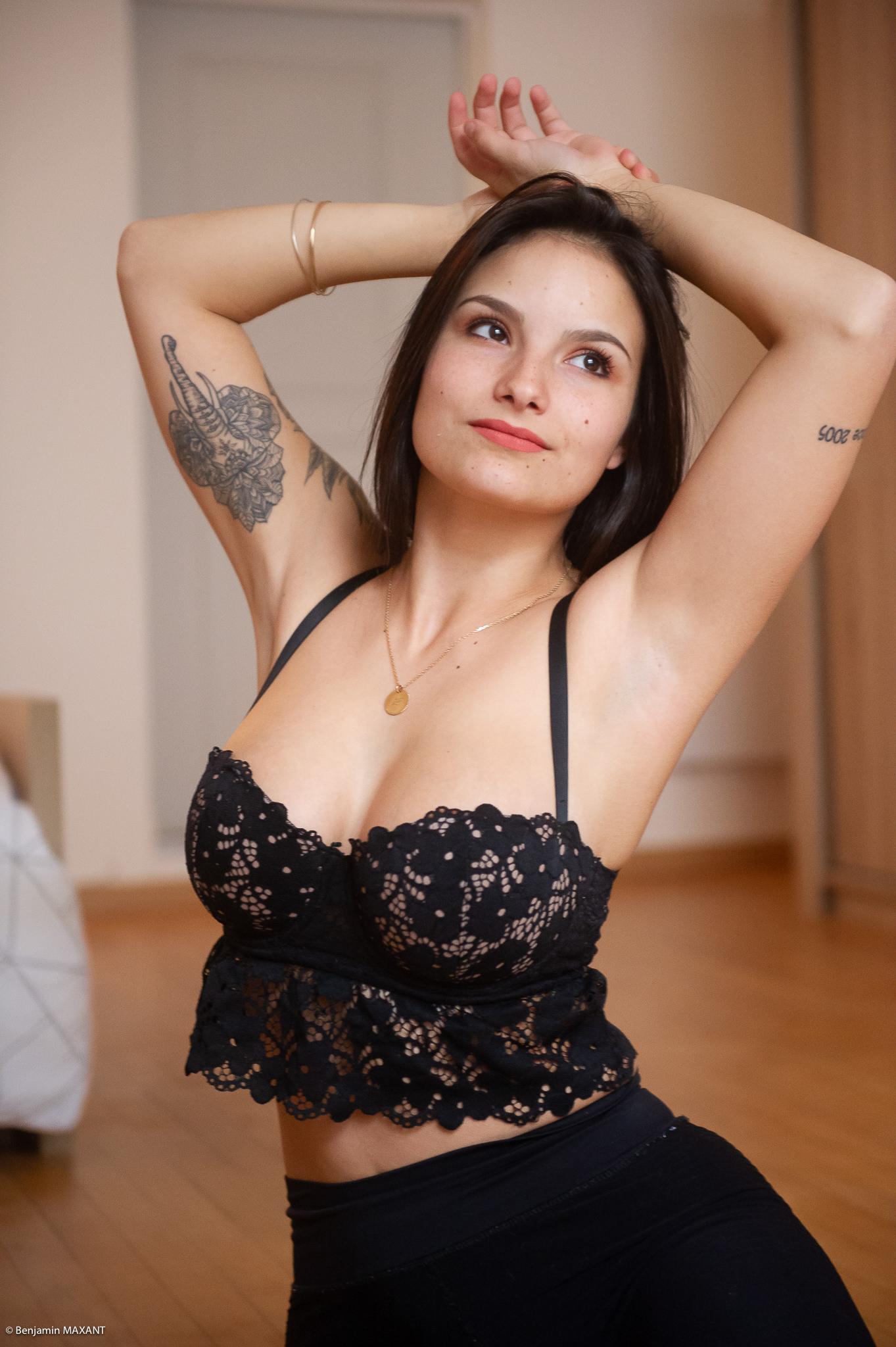 Séance photo boudoir au lingerie noire assise sur le parquet pose