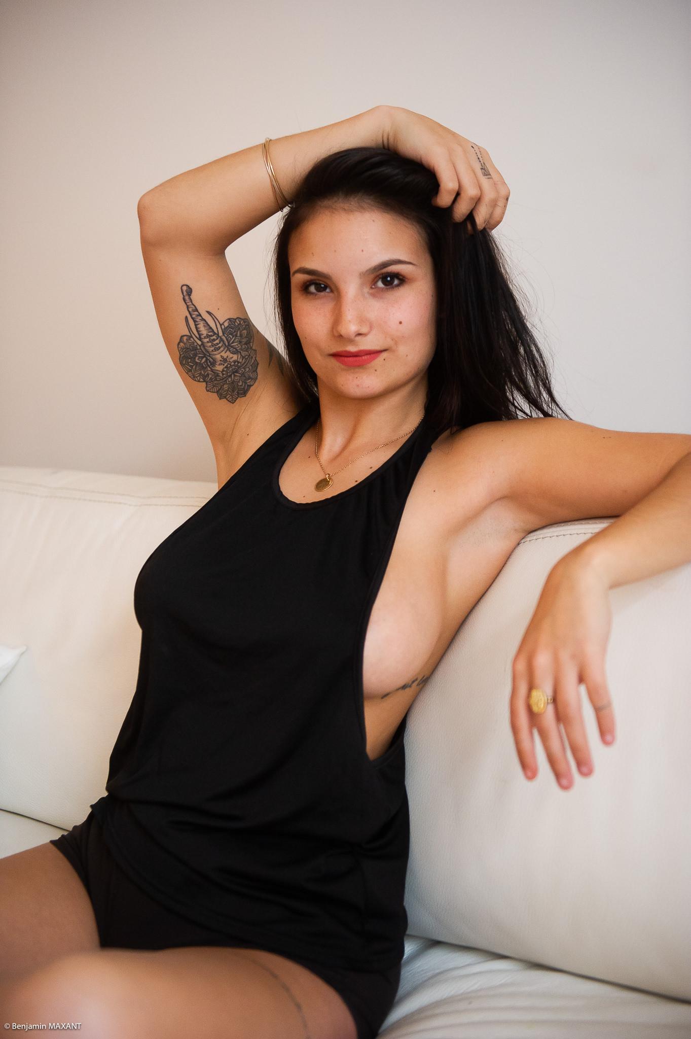 Séance photo boudoir débardeur noir sur le canapé