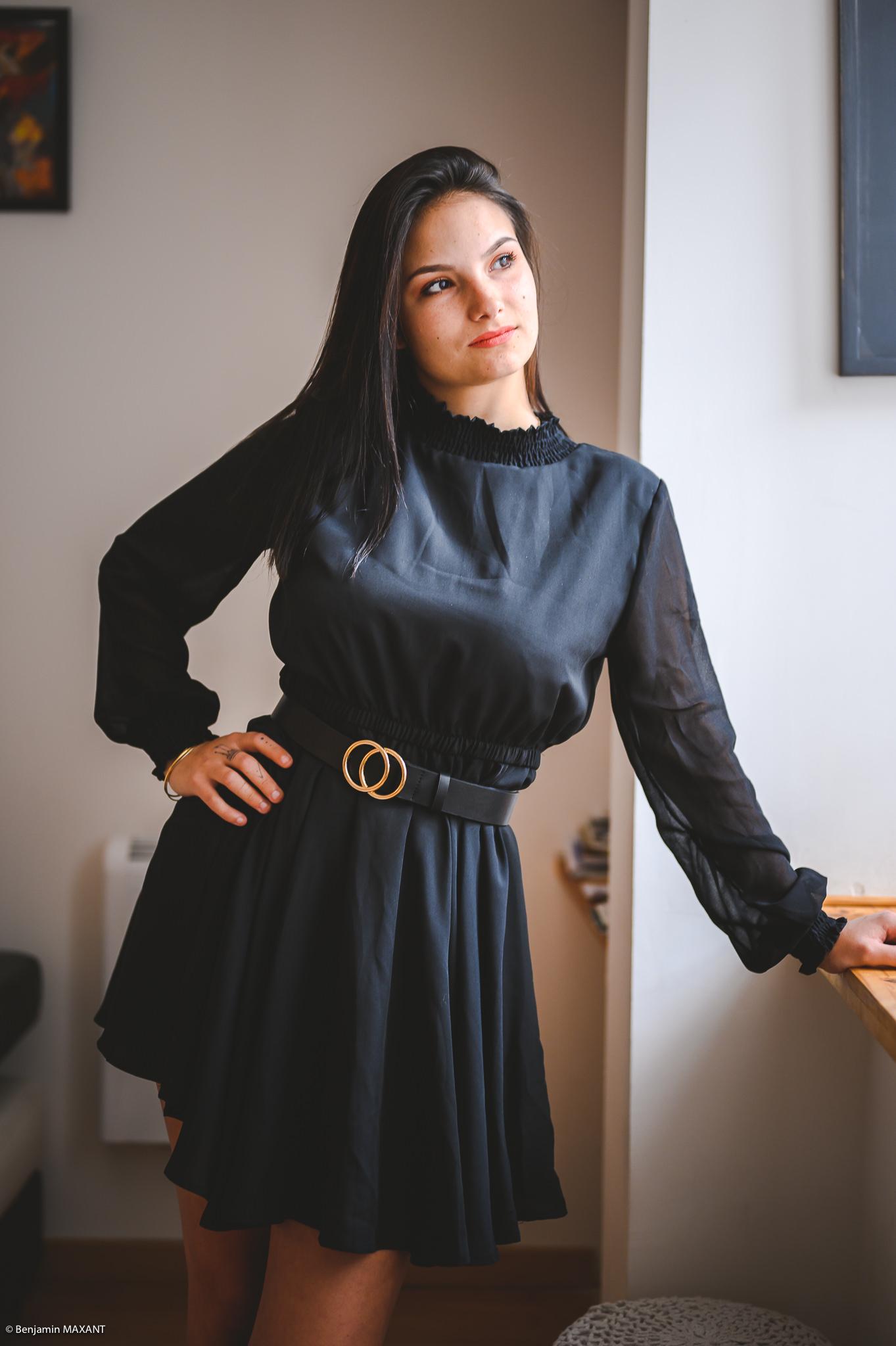 Séance photo boudoir robe noire debout