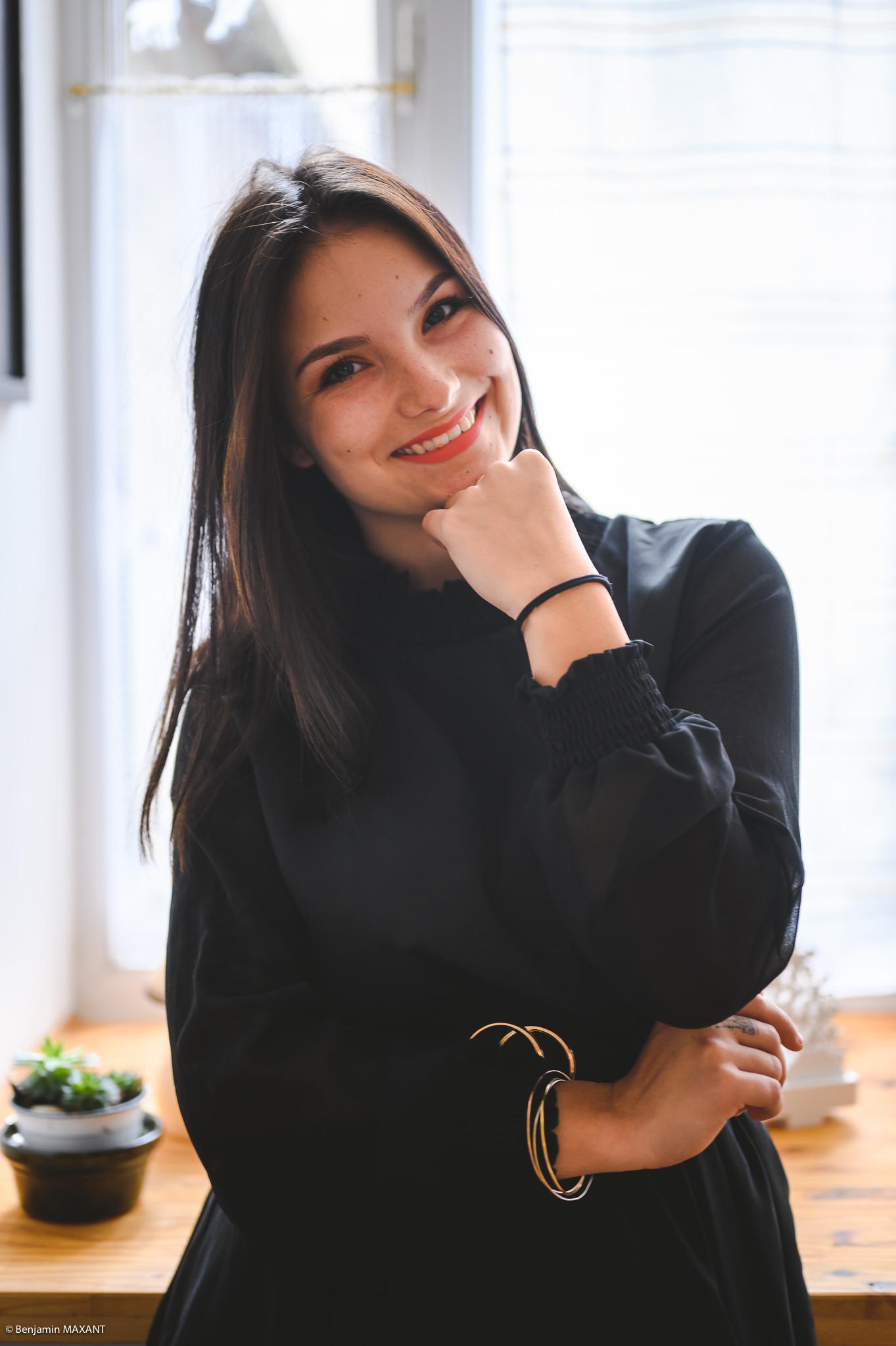 Séance photo boudoir robe noire sourire