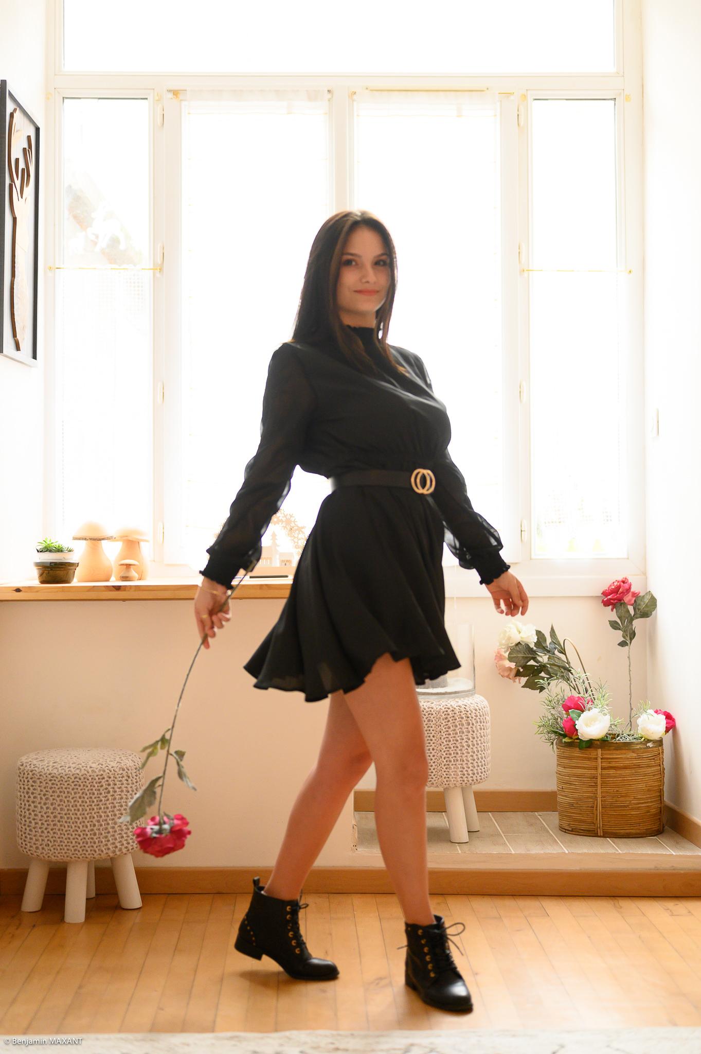 Séance photo boudoir robe noire démarche chaloupée