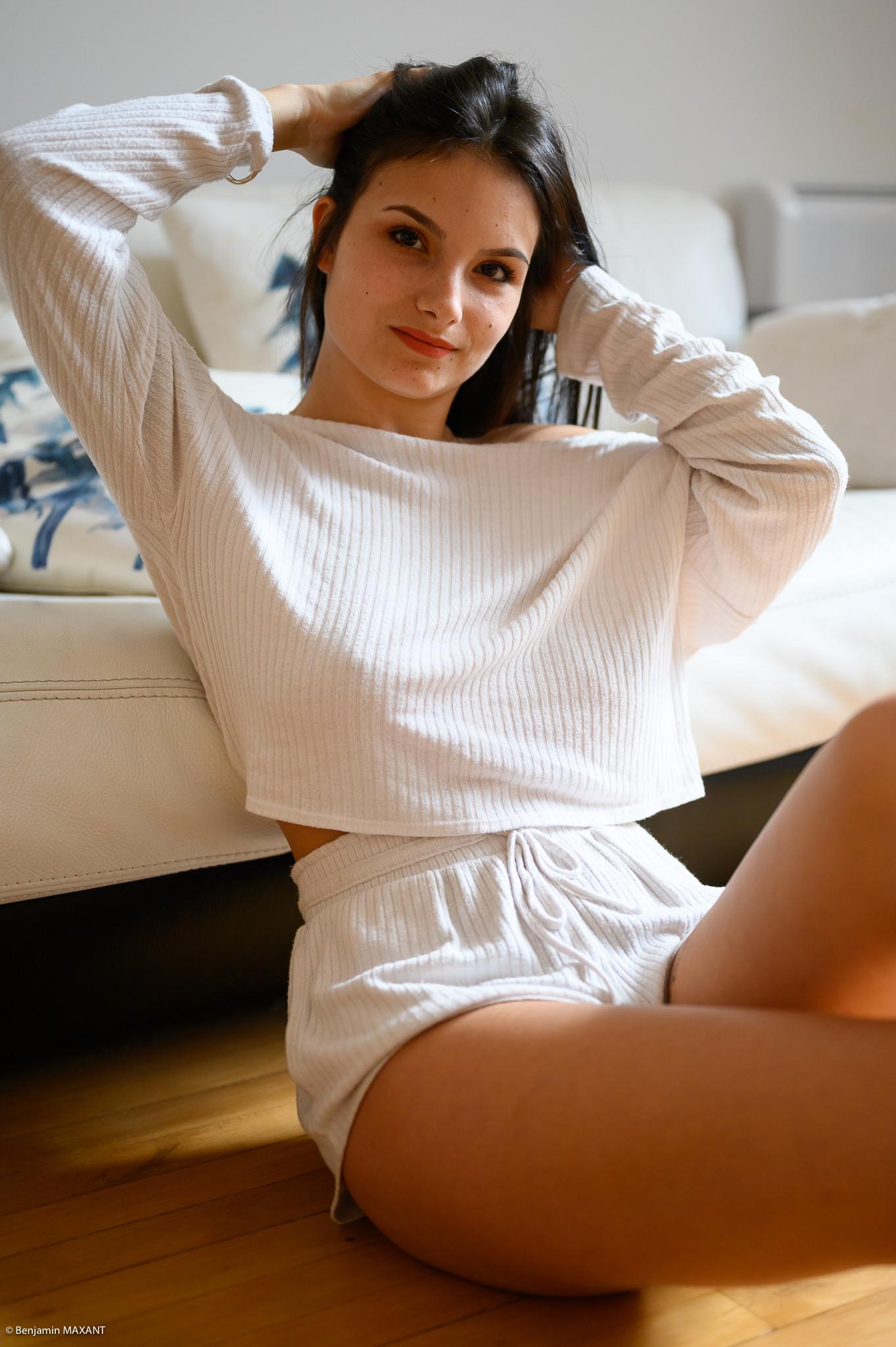 Séance photo boudoir ensemble blanc souple assise contre le canapé