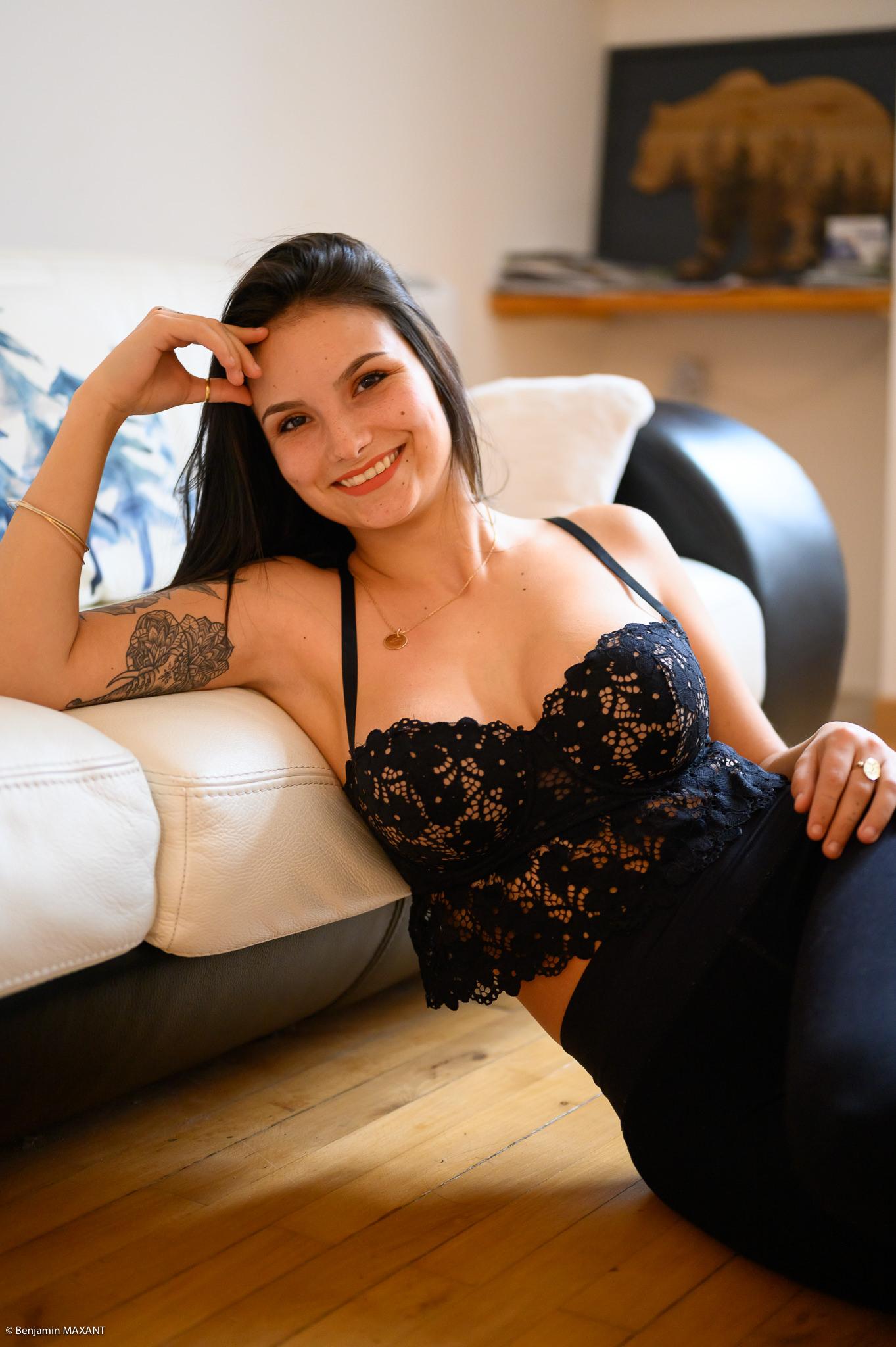 Séance photo boudoir au lingerie noire alongée sur le parquet