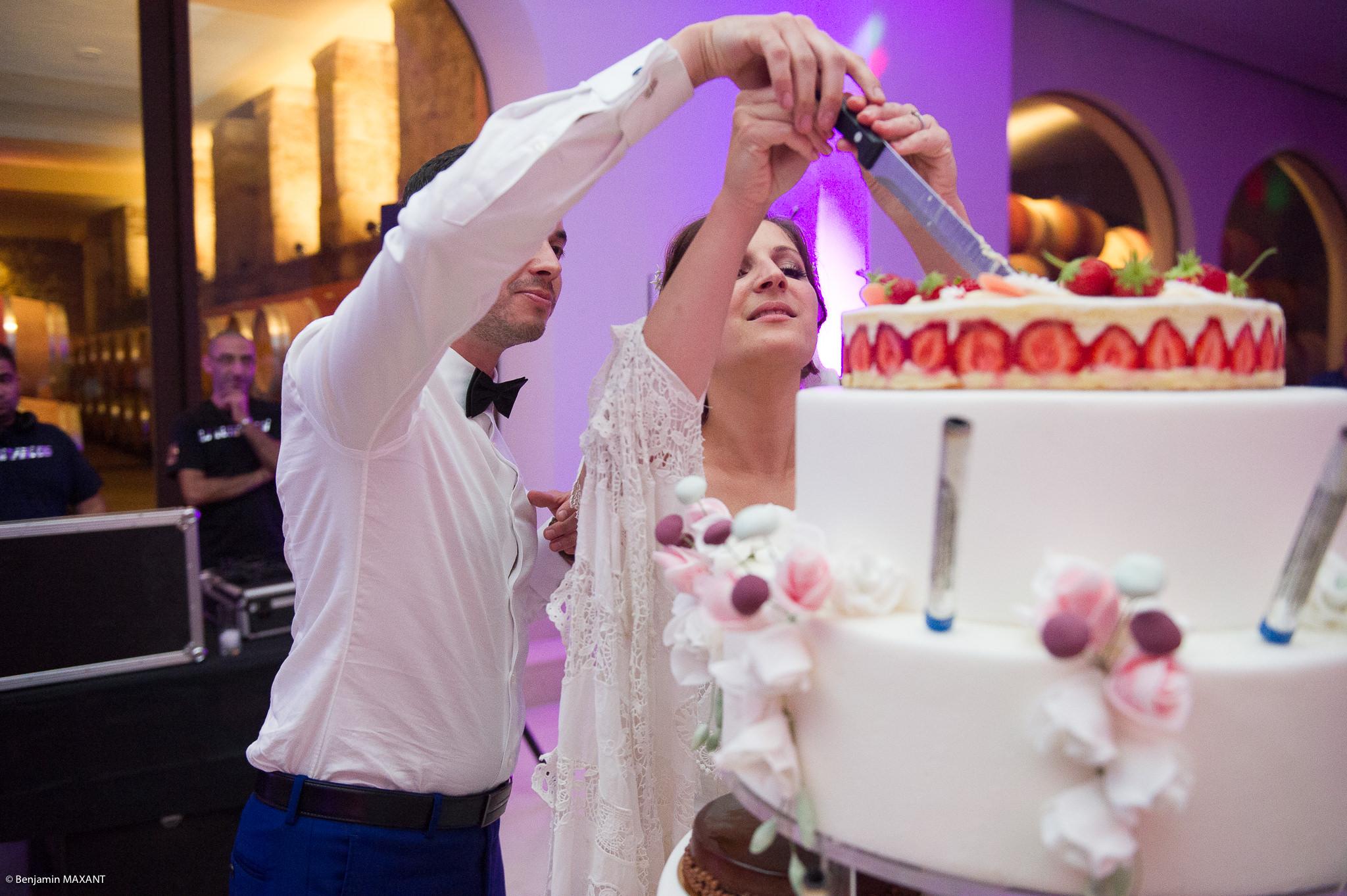 Married brides cut the set piece
