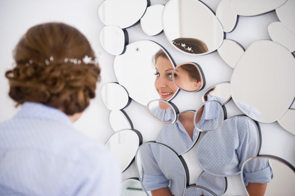 La mariée qui se regarde dans des mirroirs