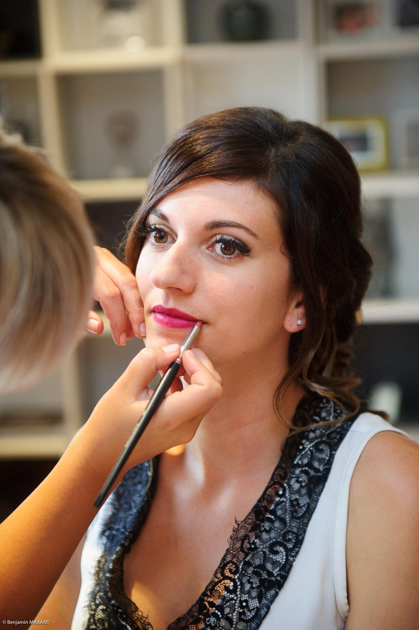 Préparation de Julie la mariée : mise en place du rouge à lèvre