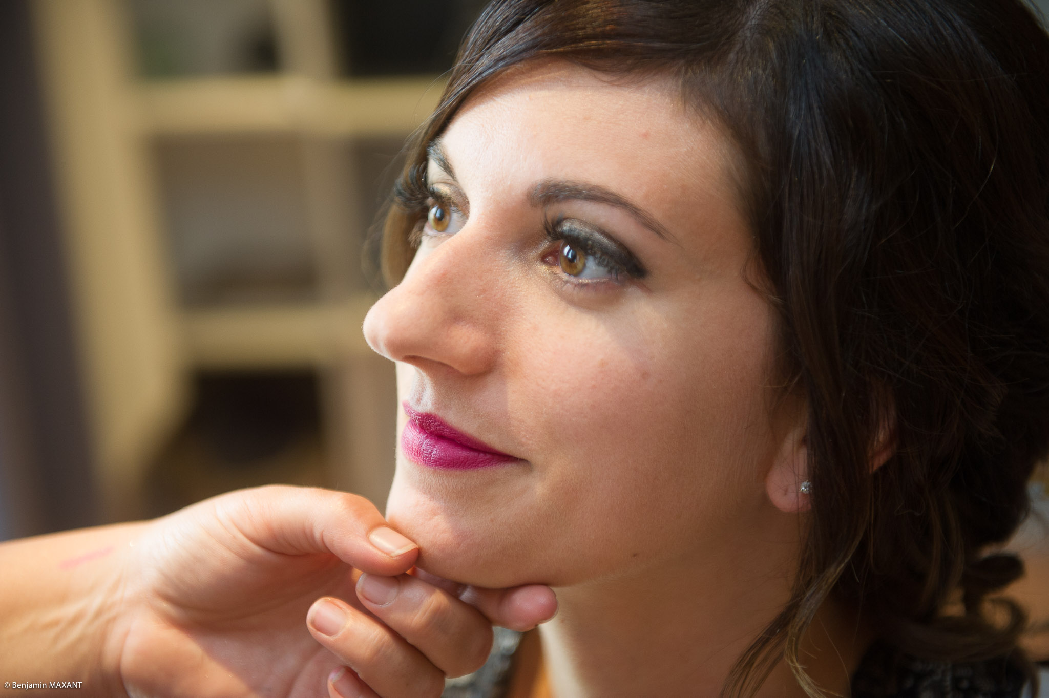 Préparation de Julie la mariée : vérification du rouge à lèvre