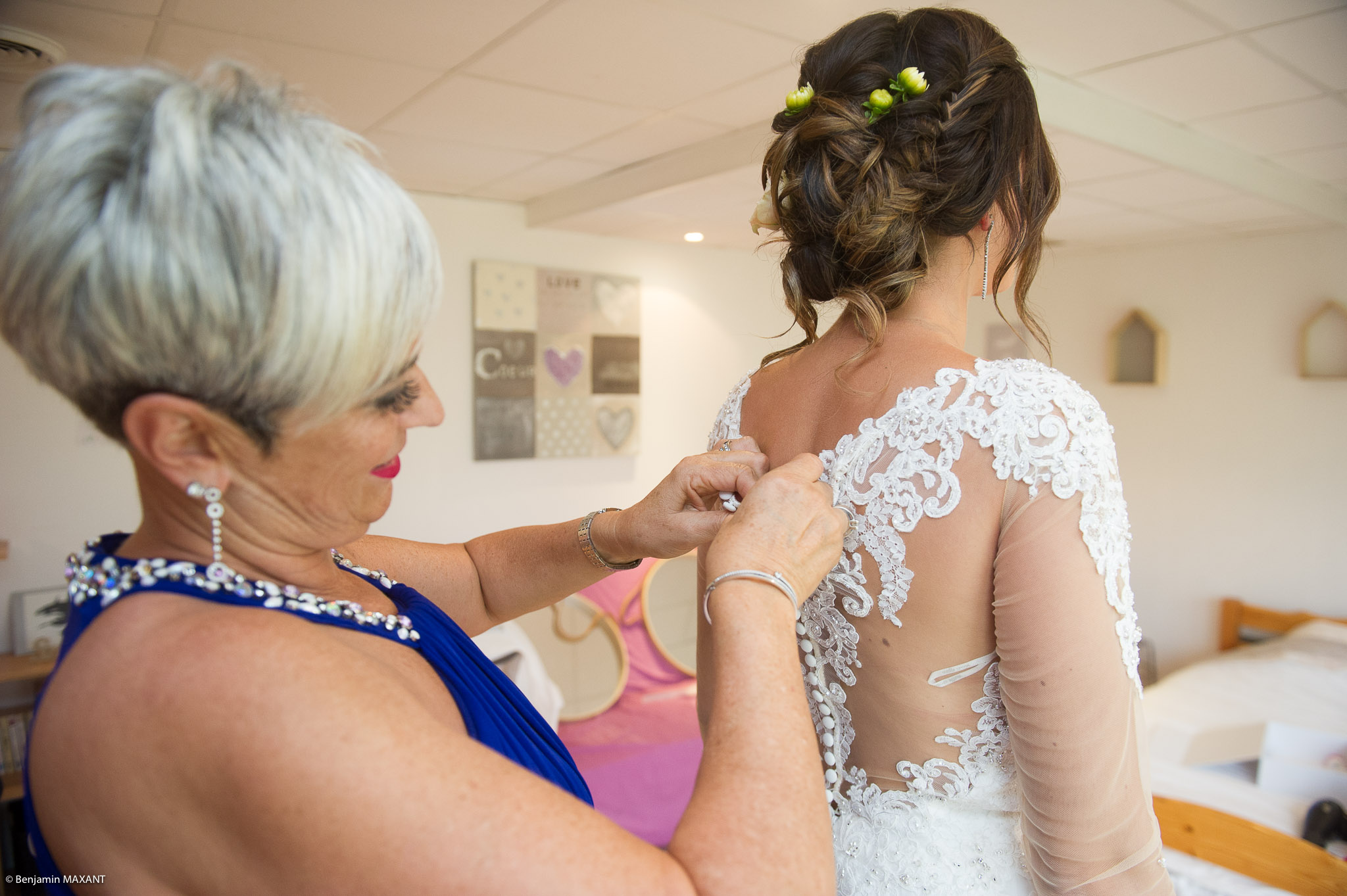 Passage de la robe de mariée : Julie aidée de sa maman