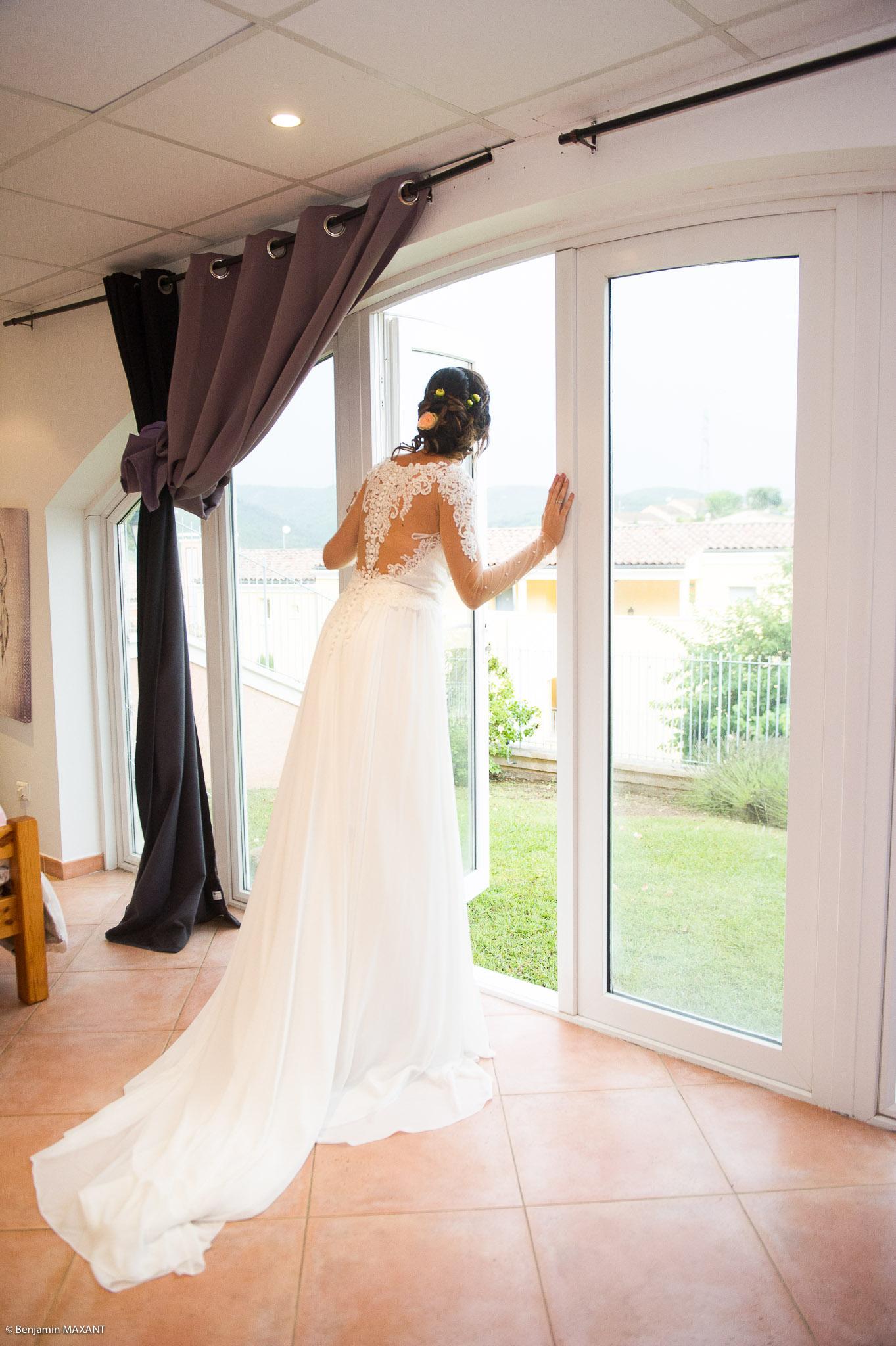 Passage de la robe de mariée : Julie est prêtean