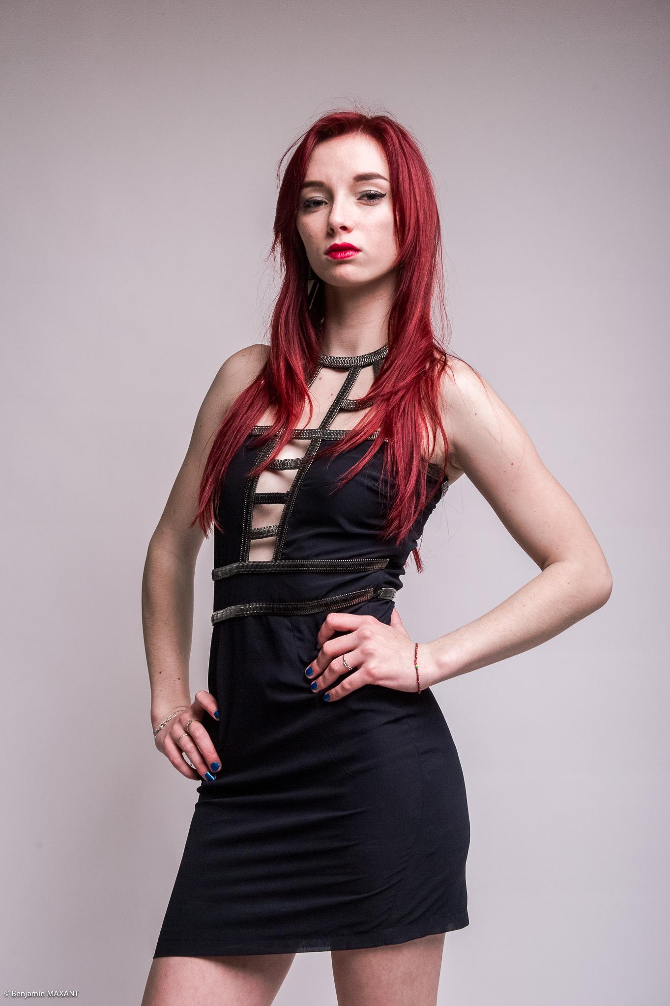 Séance photo modèle Julia studio à Nice robe noire ouverte