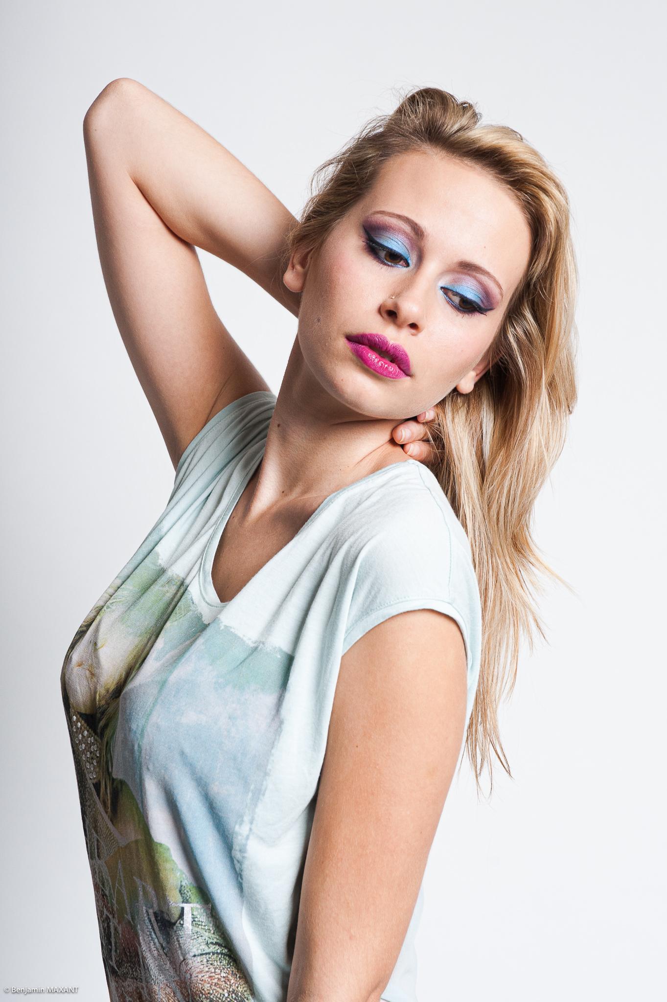 Séance photo modèle du type casual fashion estival en studio - pantalon cuir et tshirt imprimé