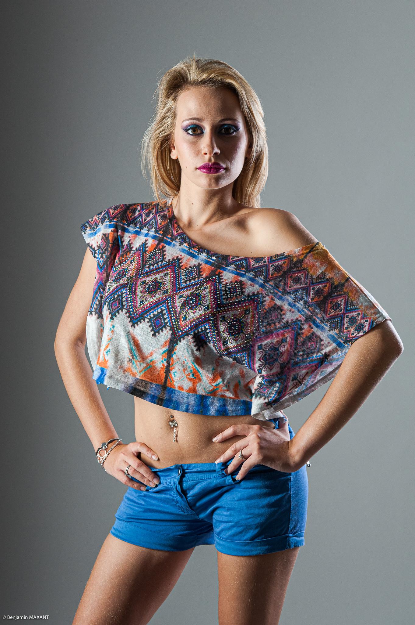 Séance photo modèle du type casual fashion estival en studio - mini short bleu et haut large court psychédelique