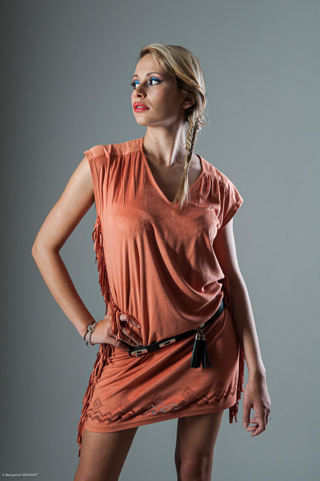 Séance photo modèle du type casual fashion estival en studio - ensemble orange avec ceinture