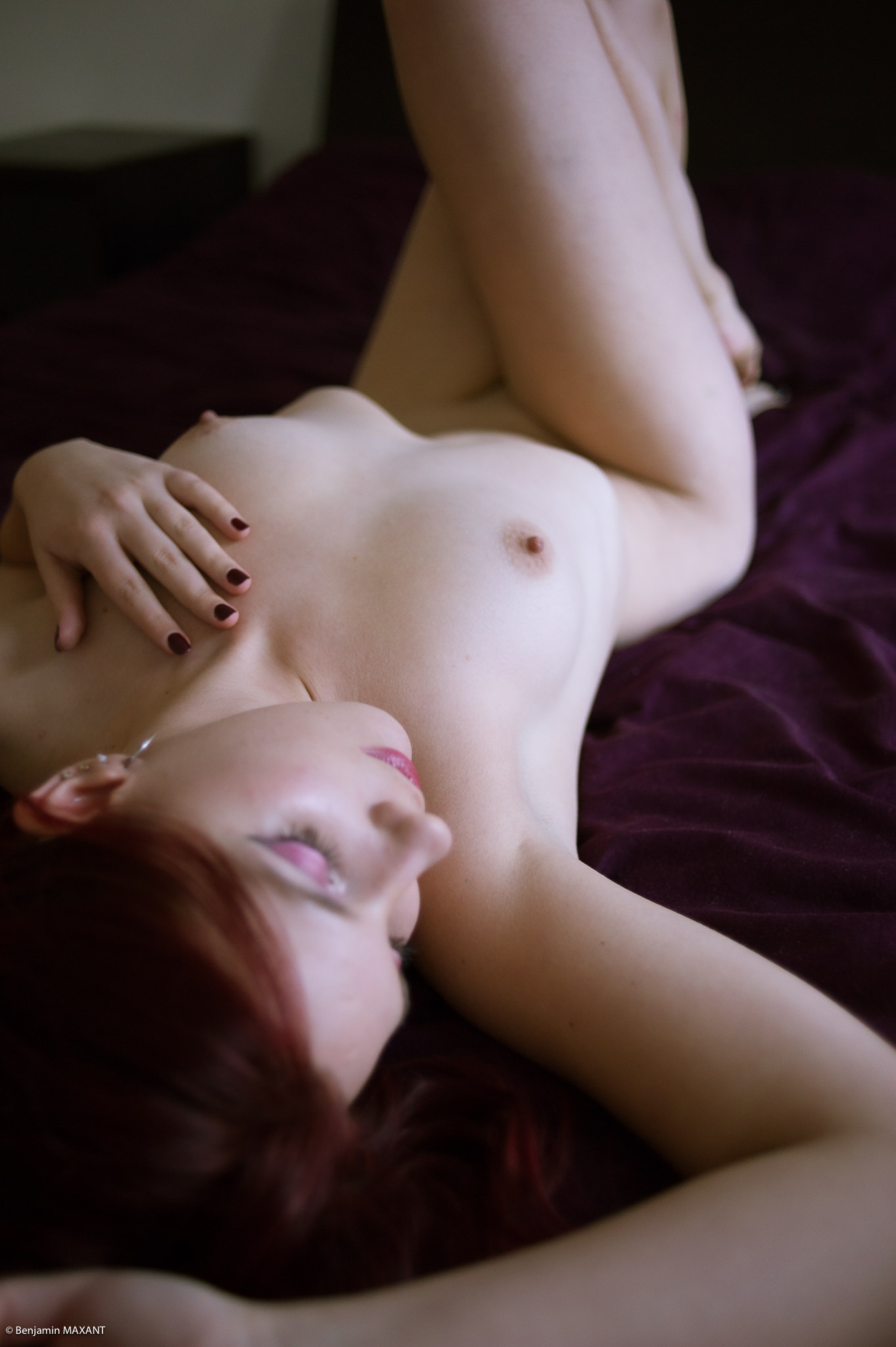 Séance photo nu dans un appartement allongée sur un lit