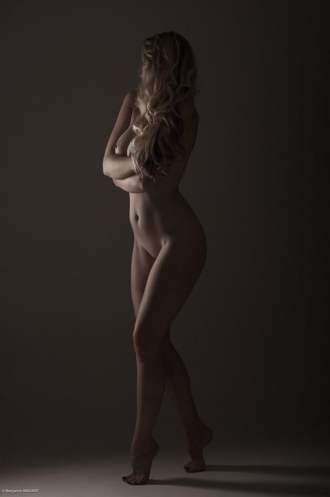 Séance photo nu académique en studio modèle se cache la poitrine avec les mains