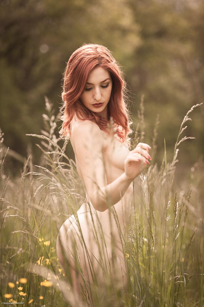 Séance photo nu en extérieur modèle rousse debout dans les hautes herbes