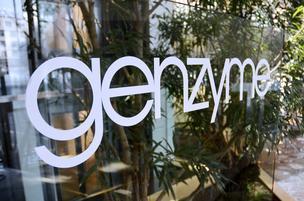 Señalización encuentra en exhibición en la sede de Genzyme Corp. 's en Cambridge, Massachusetts, EE.UU., el miércoles 16 de febrero de 2011.  Sanofi acordó la compra de Genzyme, poniendo fin a una búsqueda de nueve meses de la compañía de biotecnología EE.UU. con una oferta mejorada de por lo menos $ 20100 millones que da mayores tratamientos farmacéutica de Francia para las enfermedades raras.  Fotógrafo: Michael Springer / Bloomberg
