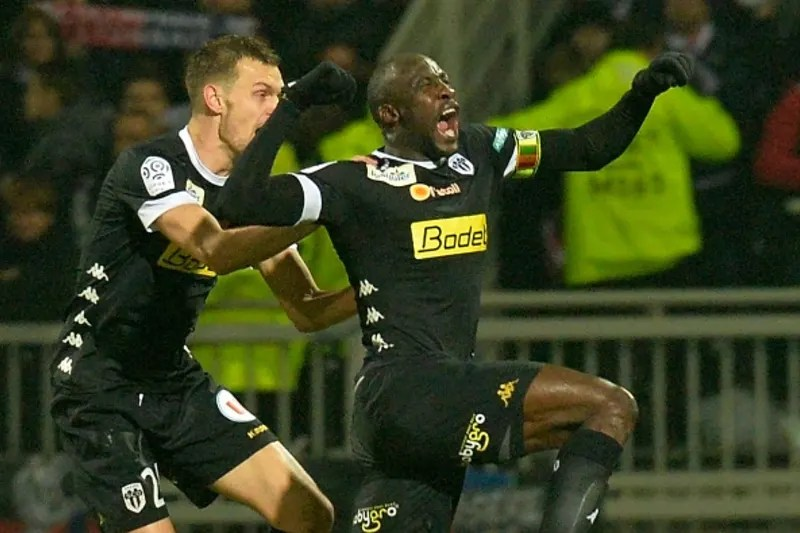 Angers' Senegalese midfielder Cheikh N'Doye (C) celebrates after scoring a goal during the French L1 football match Lyon (OL) vs Angers (SCO) on December 5, 2015, at the Gerland stadium in Lyon, eastern France. AFP PHOTO / JEAN-PHILIPPE KSIAZEK / AFP / JE