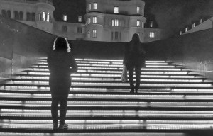 Malin och Kerstin på trappan - på väg någonstans eller bara där?