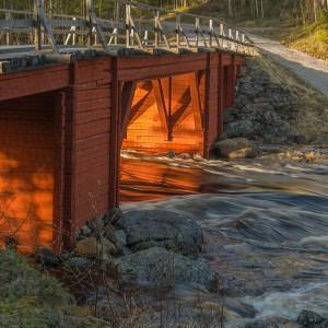 Ett underbart ljus genom Sågforsbron - av Margareta