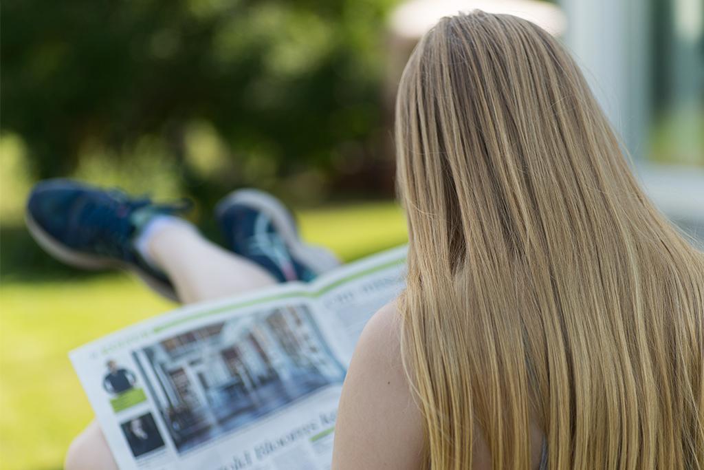 ... jag sitter i skuggan och läser gårdagens blad ...