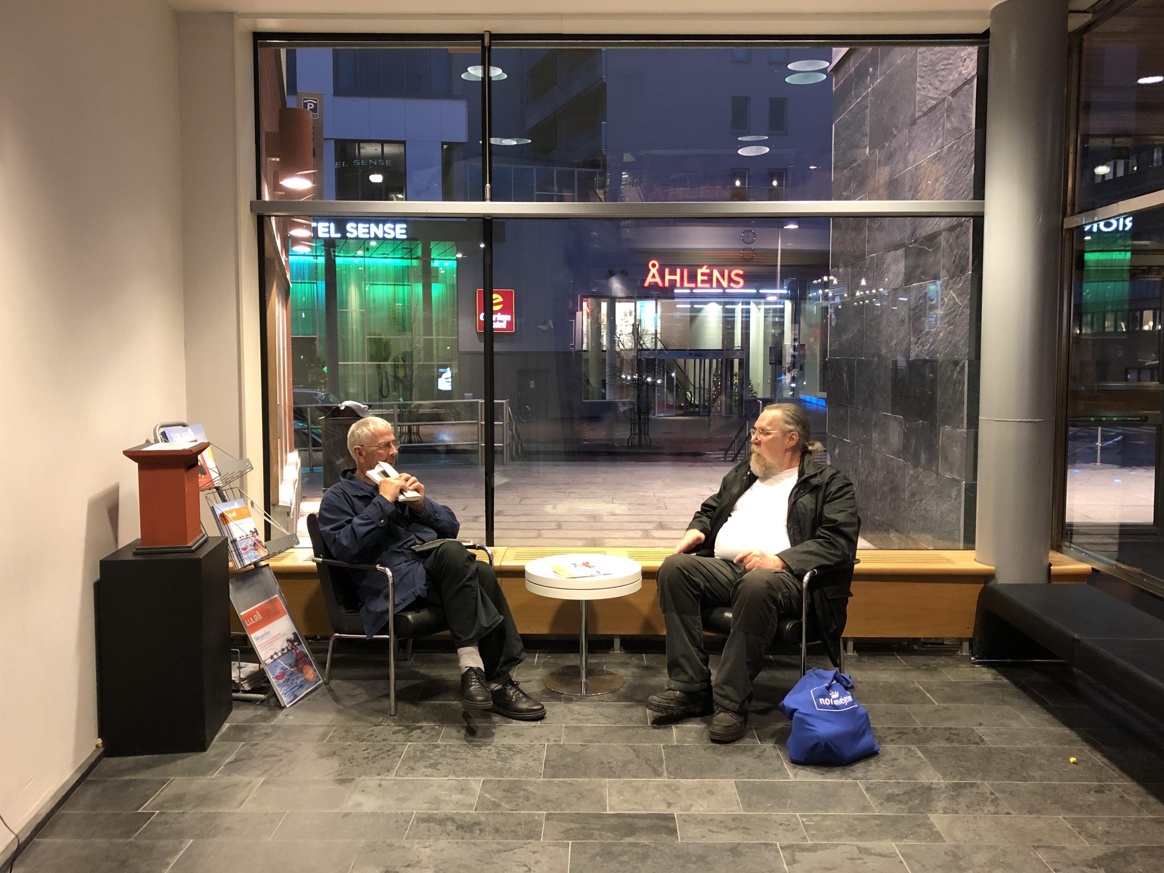 Sven och Richard resonerar om tillståndet i världen på Kulturens hus.