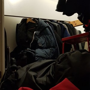 Hyllan i garderoben rasar - av Gunbritt
