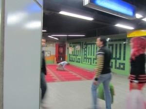 Böneplats i en av Kairos tunnelbanestationer. Foto: Eva Danneholm