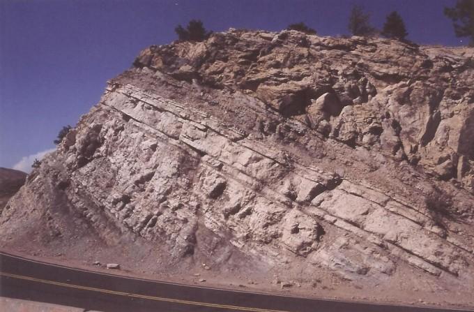 1024px-Dakota_Fm_Dinosaur_Ridge