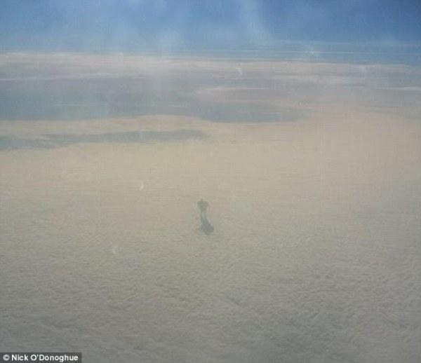 Passageiro de avião tirou uma foto de um humanoíde andando nas nuvens