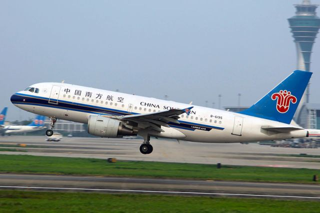 70 passengers refuse to board a plane with Wuhan residents, causing a 5-hour standoff
