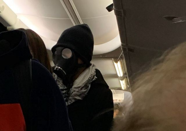 Man kicked off flight for wearing gas mask