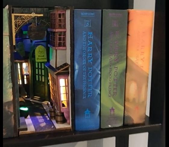 Book nooks, miniature fantasy worlds on your bookshelves