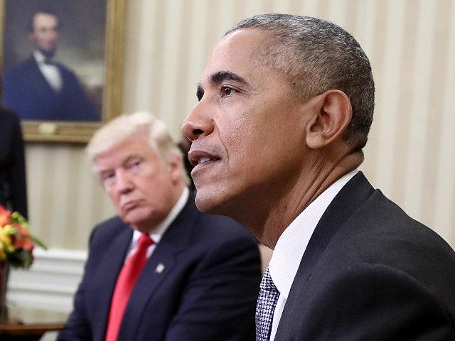 ВАШИНГТОН, ДЦ - 10 ноември: Избраниот претседател Доналд Трамп (Л) слуша како американскиот претседател Барак Обама зборува за време на состанокот во Овалната канцеларија на 10 ноември 2016 година во Вашингтон. Предвидено е денеска Трамп да се состане со членовите на раководството на републиканците во Конгрес подоцна на Капитол Хил. (Фото: Вин…